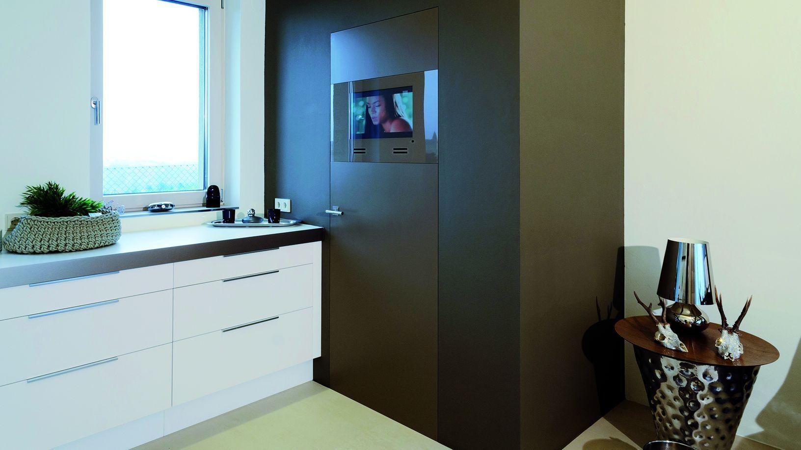 Nussbaum Malerfertige Türe mit integriertem Fernsehgerät PS13